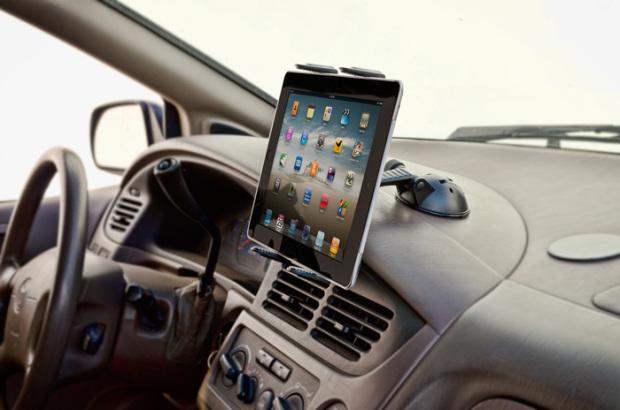 Старый iPad на автомобильном держателе