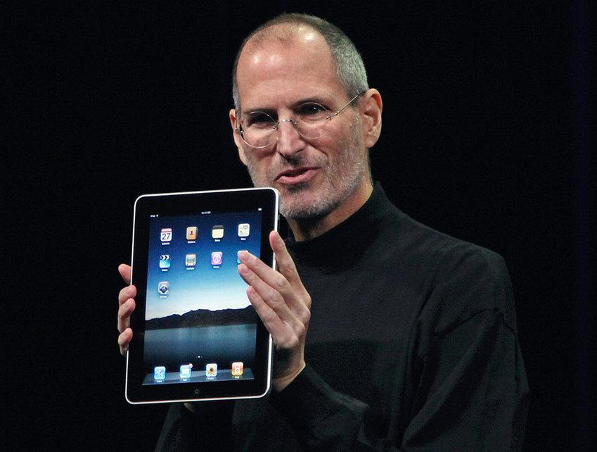 Стив Джобс показывает Apple iPad