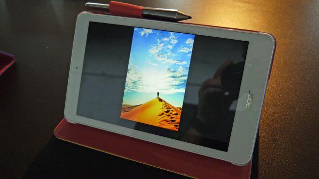Планшет Acer Iconia One 8 в чехле